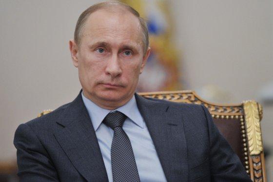 Dicha prohibición del presidente ruso se extiende también a los cónyuges e hijos menores de los ministros.