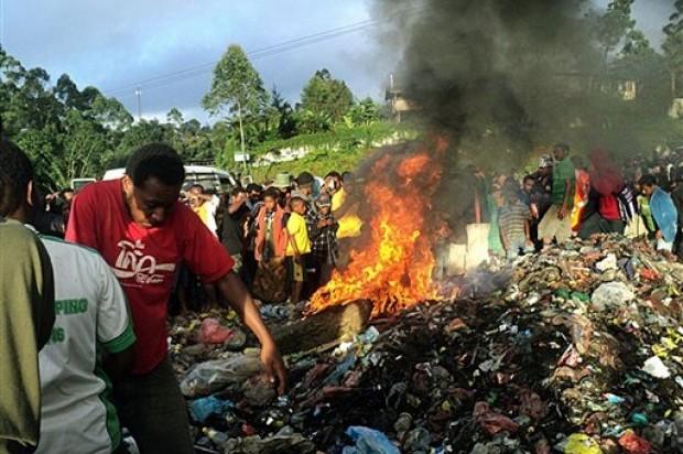 Nueva Guinea. Kepari Leniata, de 20 años y madre de un hijo, fue desnudada por una multitud, torturada y atada antes de ser rociada con gasolina para ser quemada viva sobre una pila de llantas de vehículos y basura.