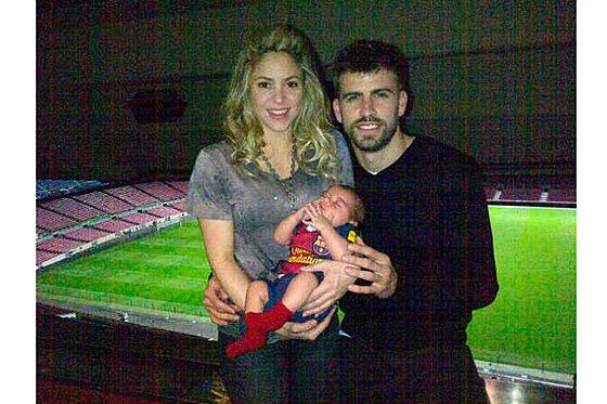 """Piqué shakira y su bebe revela la primera """"foto de familia"""""""