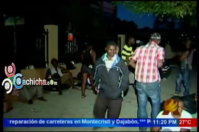 Haitiano Que Realizan Vigilia Frente A La Secretaria De Trabajo Salen A Pedir Para Comer #NoticiaSIN #Video