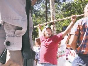El padre Rogelio se crucifica para exigir que no se explote Loma Miranda.