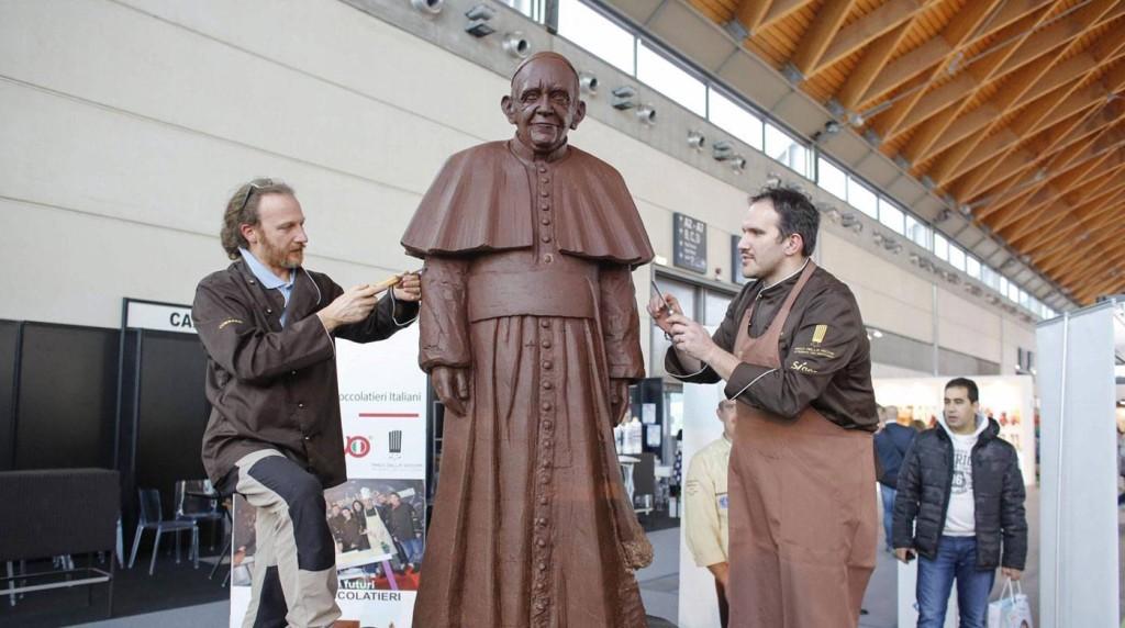 El papa recibió su réplica en chocolate a tamaño real