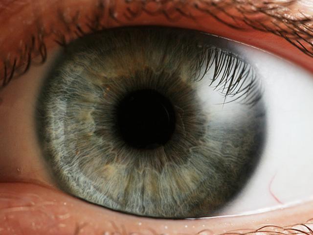 Esta sofisticada tecnología, que lleva por nombre «Lumineyes», es capaz de volver los ojos marrones de color azul de forma irreversible.