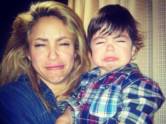 Shakira y su hijo haciendo muecas