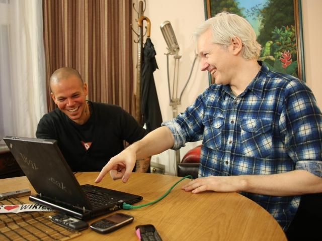 El vocalista de Calle 13, Residente, y el fundador de WikiLeaks, Julian Assange, se reunieron en Londres para trabajar en el próximo proyecto del grupo puertorriqueño.