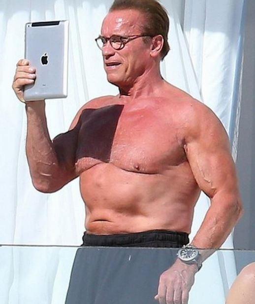 Schwarzenegger se saca selfies en traje de baño a los 66