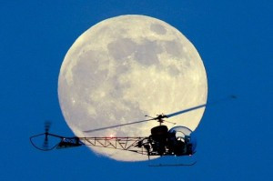"""La """"superluna"""" fue vista este domingo en algunos países 14% más grande de lo normal por su acercamiento a la Tierra."""