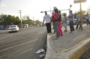 pasajeros en espera de autobus